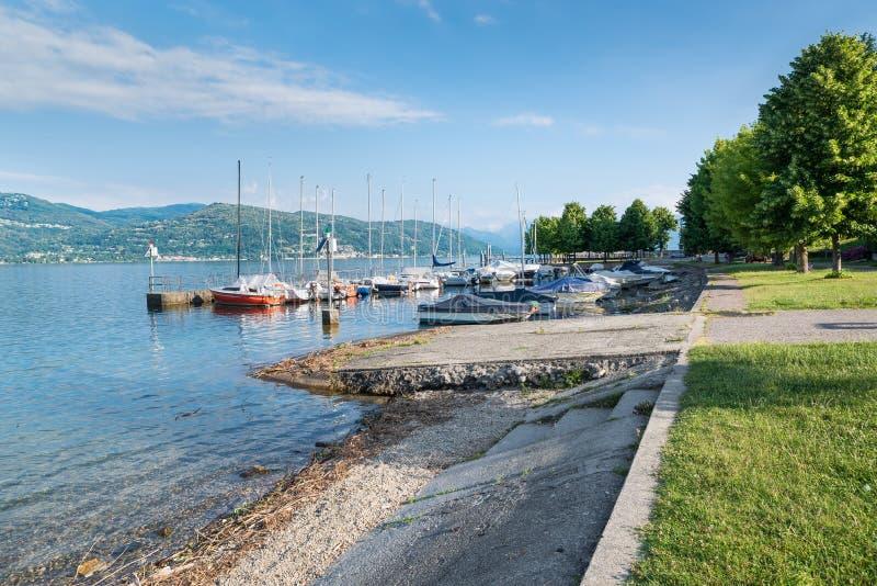 Lago italiano grande Lago Maggiore en Ispra Pequeño puerto en el lago fotos de archivo