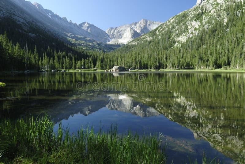 Lago jewel in montagne rocciose del Colorado immagini stock