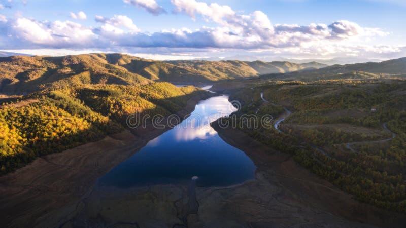 Lago Kalimanci debajo de la montaña de Osogovo imagen de archivo