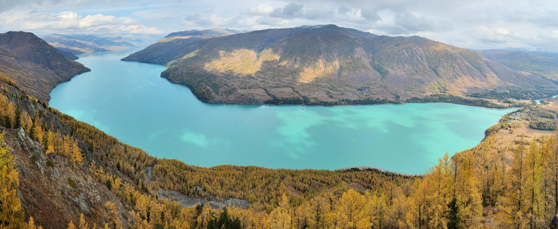 Download Lago Kanas Na Opinião Do Panorama Foto de Stock - Imagem de nuvem, registro: 3655836