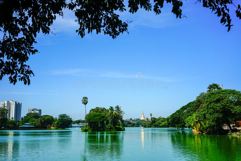 Lago Kandawgyi en Rangún, Myanmar foto de archivo libre de regalías