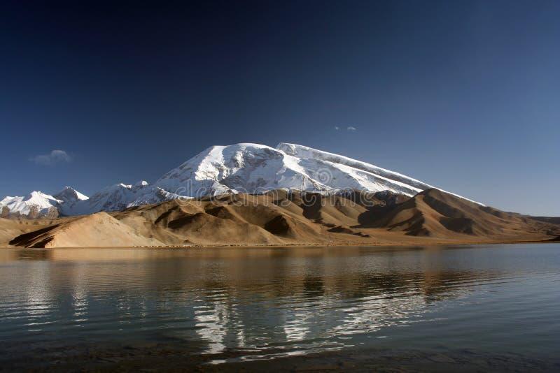 Lago karakul, lago azzurrato alpino in Cina immagine stock