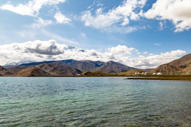 Lago karakul a lo largo de la carretera de Karakorum, Xinjiang, los 3600m, es el lago más alto de la meseta de Pamir fotografía de archivo libre de regalías