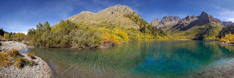 Lago Kardyvach em outubro Reserva caucasiano da biosfera fotografia de stock royalty free