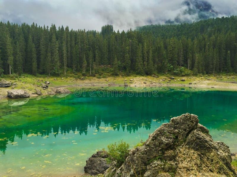 Lago Karersee nas dolomites italianas foto de stock