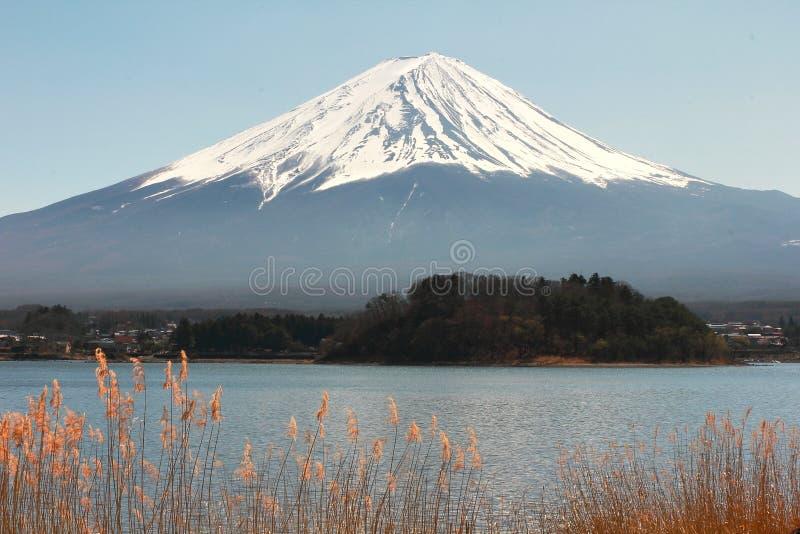 Lago Kawaguchiko con el fondo de Fuji de la montaña fotos de archivo libres de regalías