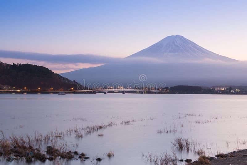 Lago Kawaguchiko con il fondo della montagna di Fuji durante la penombra immagine stock libera da diritti