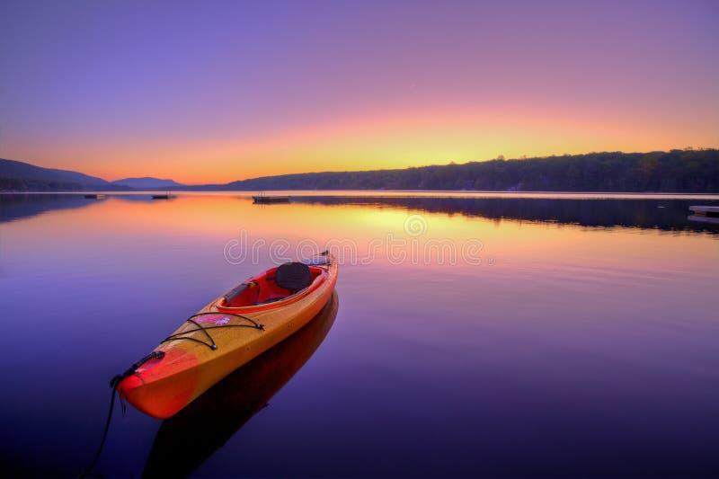 Lago kayak no nascer do sol fotografia de stock