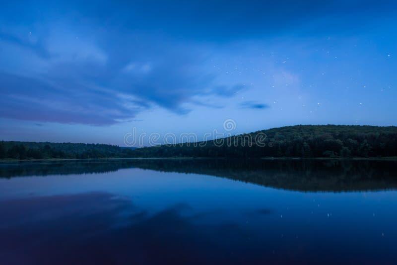 Lago knob do abeto vermelho na noite, na floresta nacional de Monongahela, West Virginia fotos de stock