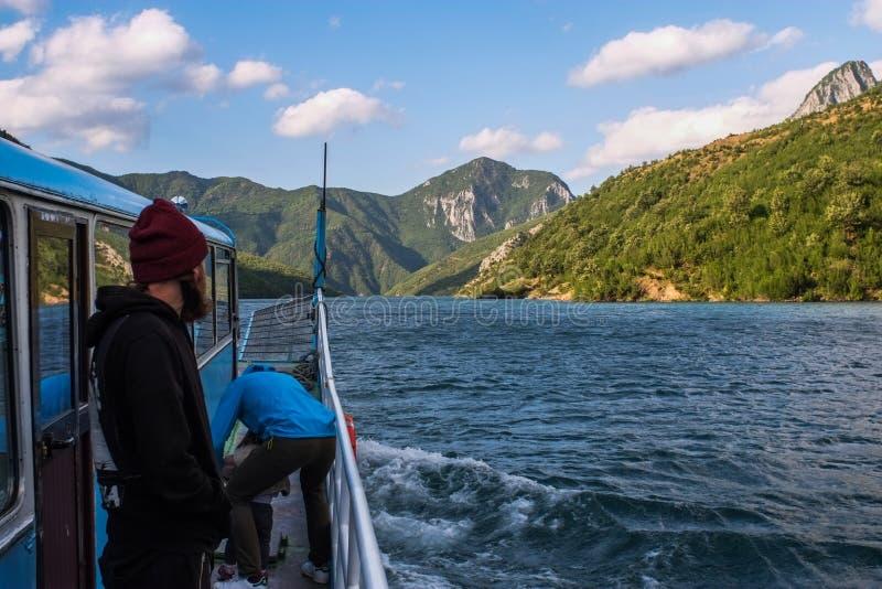 Lago Komani, Albânia - 18 de maio de 2017: Lago a bordo Komani da manhã foto de stock