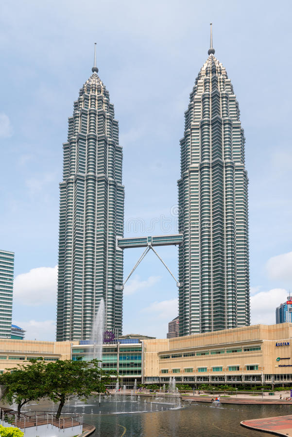 Lago Kuala Lumpur Symfoni delle torri gemelle di Petronas fotografia stock libera da diritti