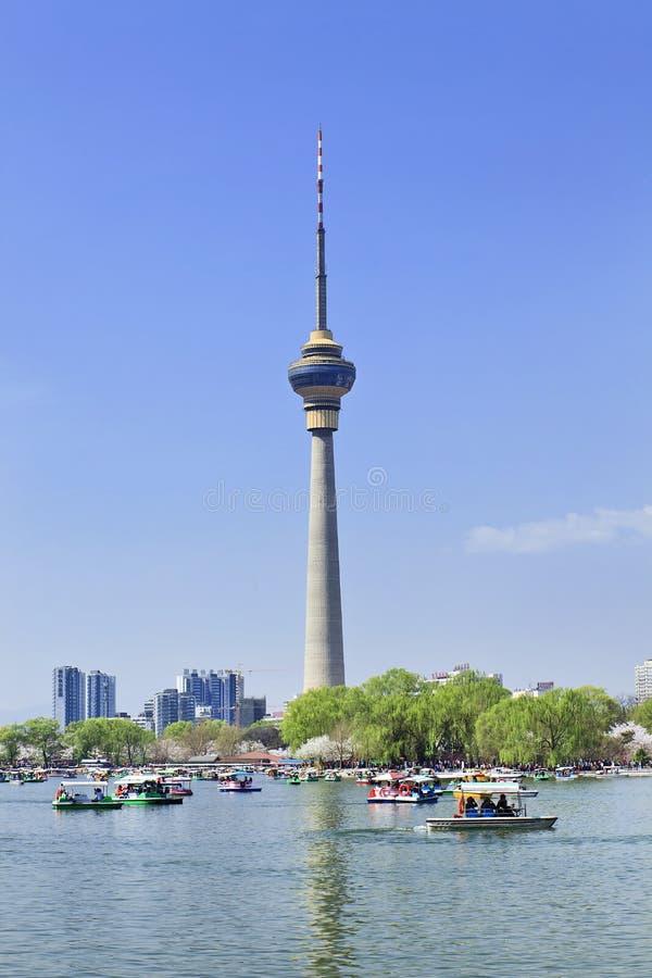 Lago kunming en el parque de Yuyuantan con la torre del CCTV en el fondo, Pekín, China imágenes de archivo libres de regalías