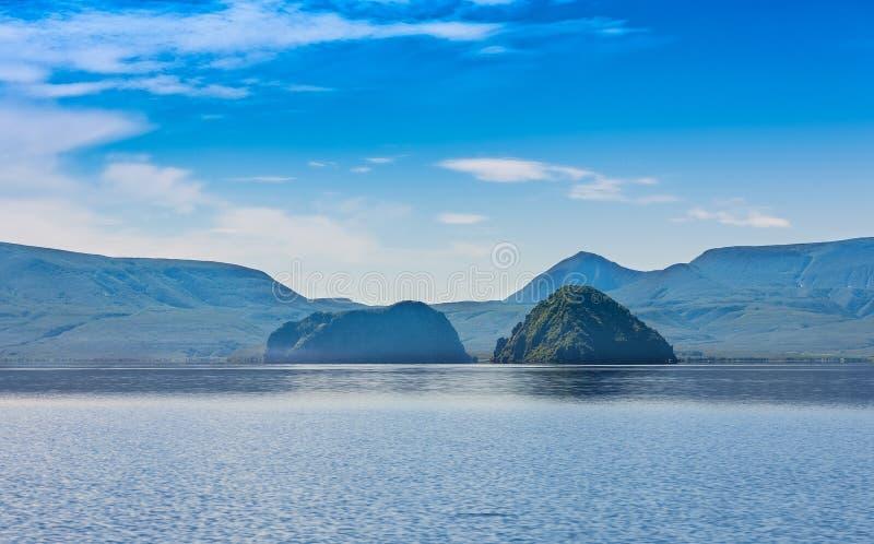 Lago Kurile, foresta e le colline Kamchatka del sud immagini stock
