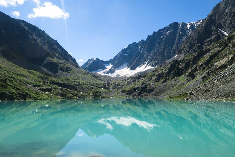Lago Kuyguk de la turquesa Lago azul pintoresco de la montaña Montañas de Altai, Siberia, Rusia fotos de archivo libres de regalías