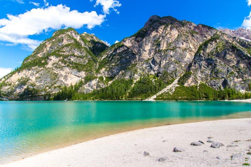 Lago Lago di Braies nas dolomites, Itália Braies fotos de stock royalty free