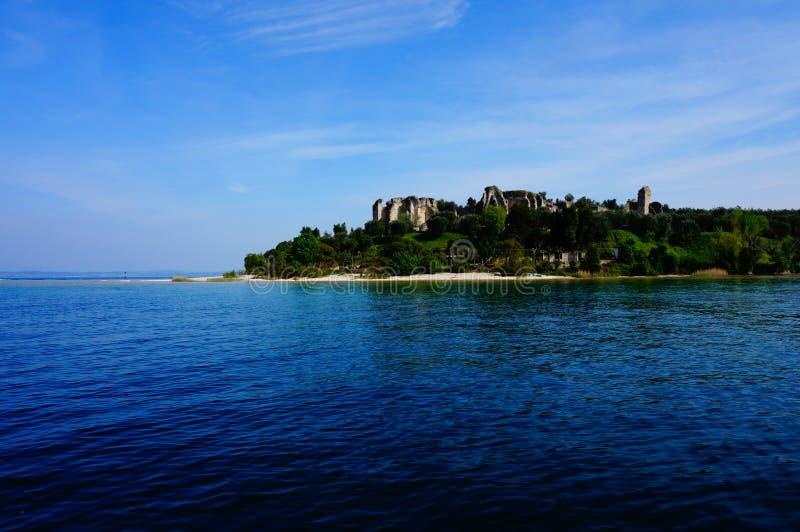 Lago Lago di Garda, Itália e a cidade de Sirmione foto de stock