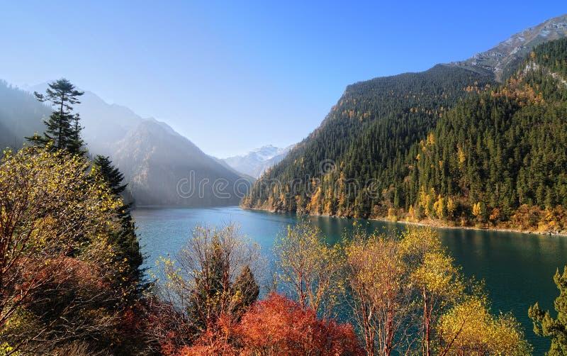Lago largo en el parque nacional de Jiuzhaigou en Sichuan, China fotos de archivo libres de regalías