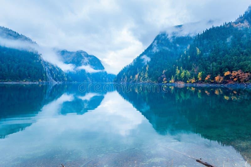 Lago largo en jiuzhaigou del otoño imagenes de archivo