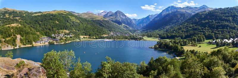 Lago largo vacation entre montanhas fotos de stock royalty free