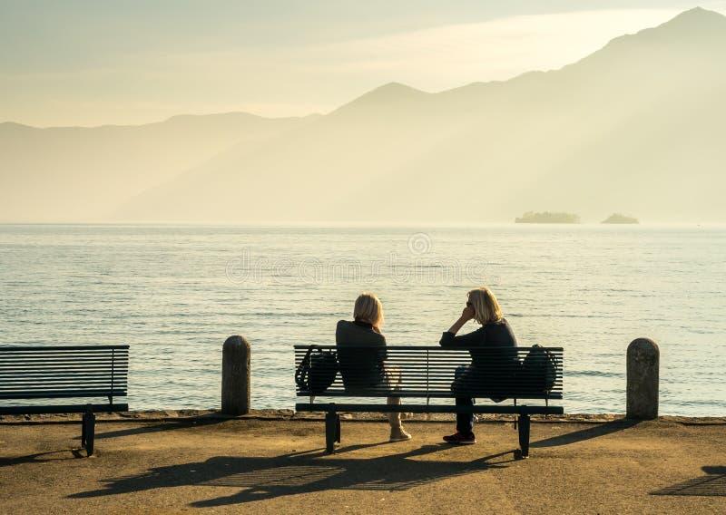 Lago lateral people en Locarno, Suiza foto de archivo