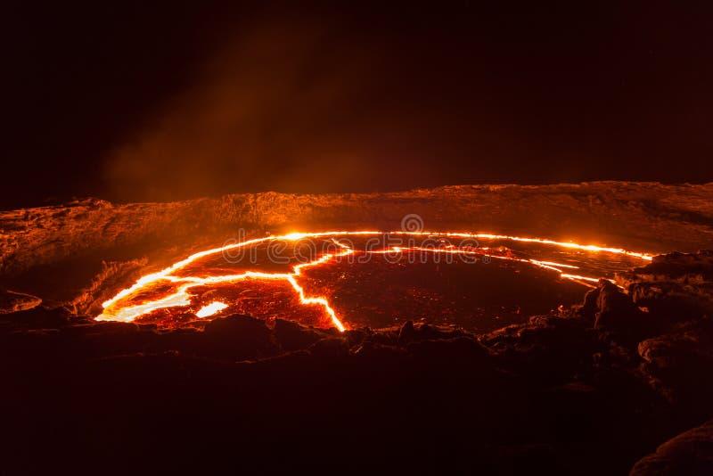 Lago lava de la cerveza inglesa de Erta del volcán fotos de archivo