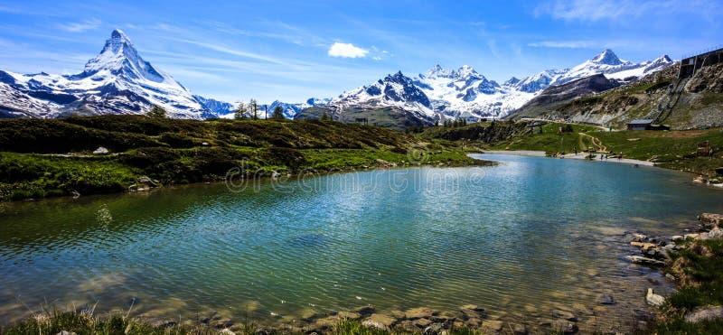 Lago Leisee com Matterhorn e fundo suíço dos cumes, Sunnegga, paraíso de Rothorn, um do destino de cinco lagos perto de Matterhor imagem de stock royalty free