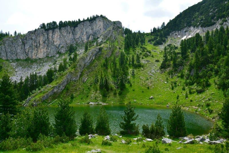 Lago Leqinat in montagne il Kosovo di Rugova fotografie stock libere da diritti