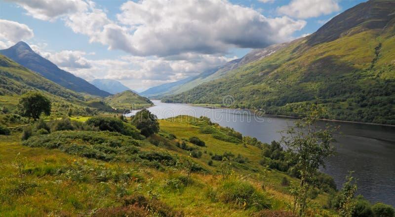 Lago Leven en las montañas imagenes de archivo