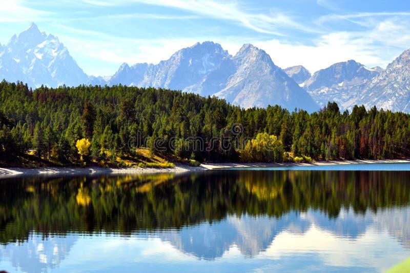 Lago libero con le riflessioni dell'acqua immagini stock libere da diritti