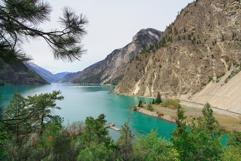 Lago Lillooet no pé da montanha foto de stock royalty free