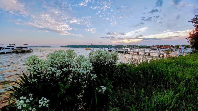 Lago linha costeira de Genebra, Wisconsin com barcos fotos de stock royalty free