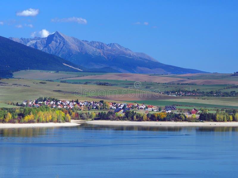 Lago Liptovska Mara, Liptovsky Trnovec e Krivan immagini stock libere da diritti