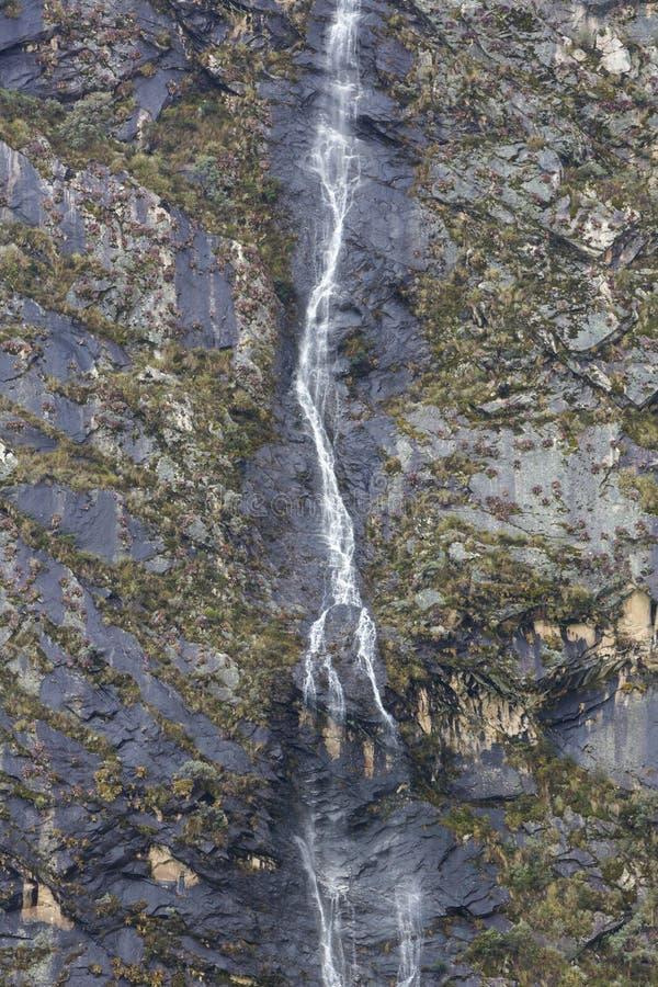 Lago Llanganuco e cachoeira no BLANCA de Cordilheira, Peru imagem de stock