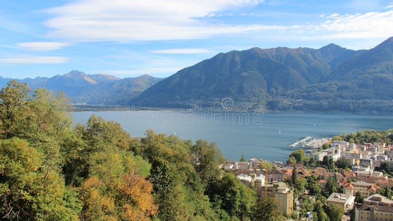 Lago Locorno y opinión de la ciudad foto de archivo