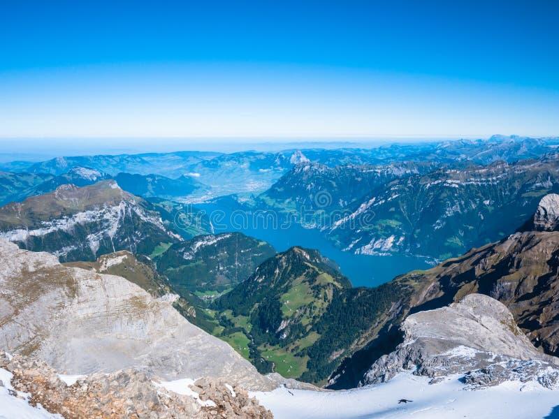 Lago lucerne e os cumes suíços foto de stock
