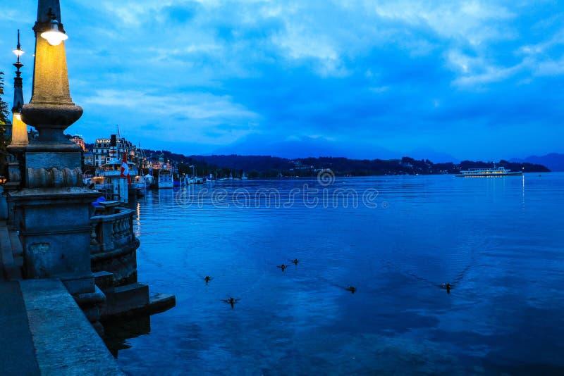 Lago lucerne no crepúsculo fotografia de stock royalty free