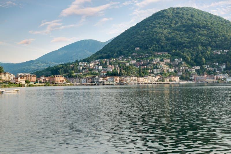 Lago Lugano con el puente de las aduanas entre Lavena Ponte Tresa y Ponte Tresa imagen de archivo