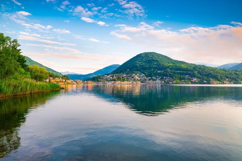 Lago Lugano, Ponte Tresa A la izquierda, la Italia, a la derecha, Suiza Mañana hermosa en el lago Lugano foto de archivo libre de regalías