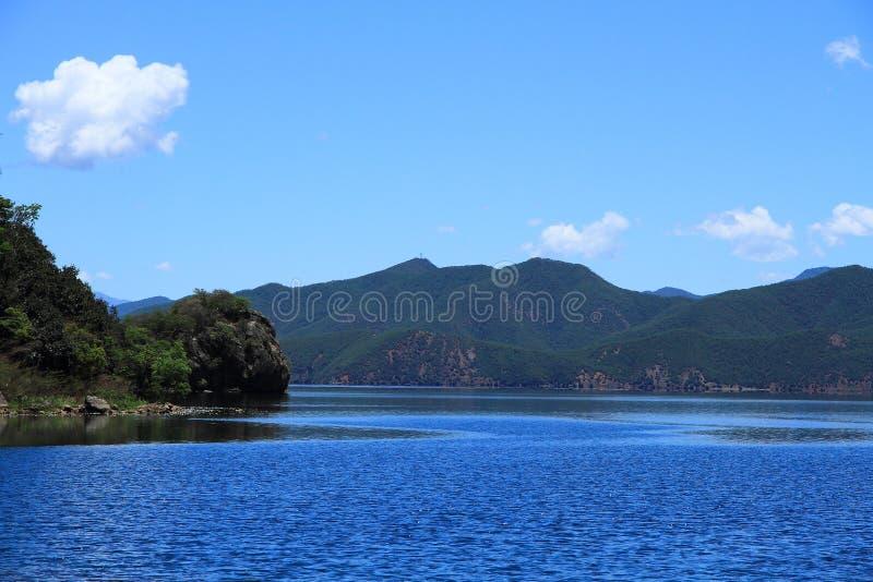 Lago Lugu cênico na plataforma da visão da vila de Nisai foto de stock