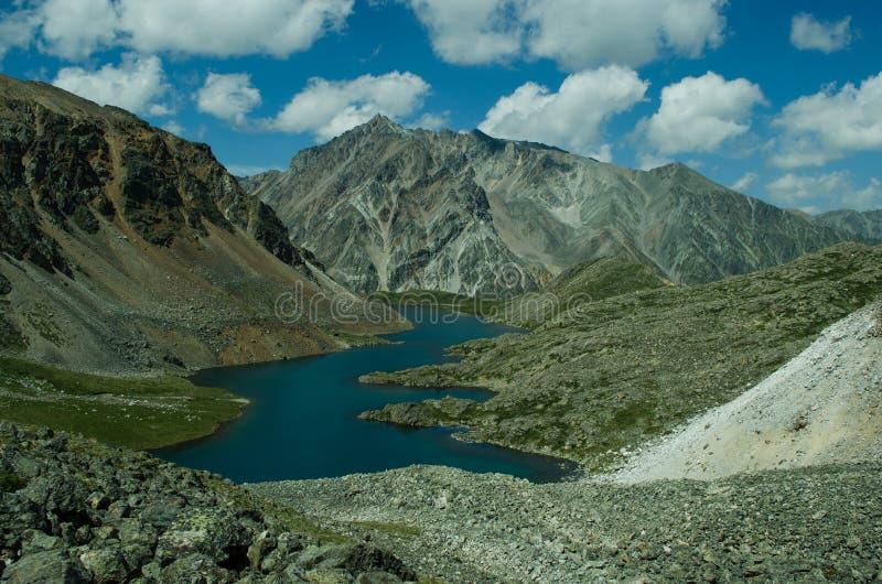 Lago lungo nelle montagne fotografie stock