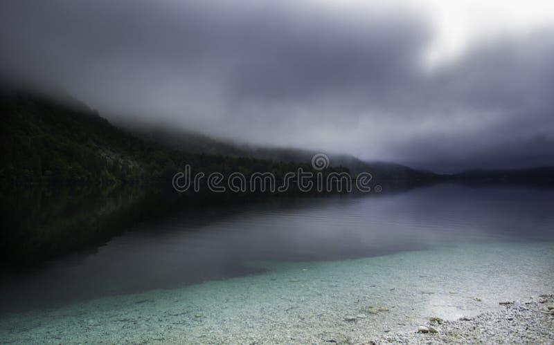Lago mágico Bohinj cubierto por la niebla de la mañana imagen de archivo libre de regalías