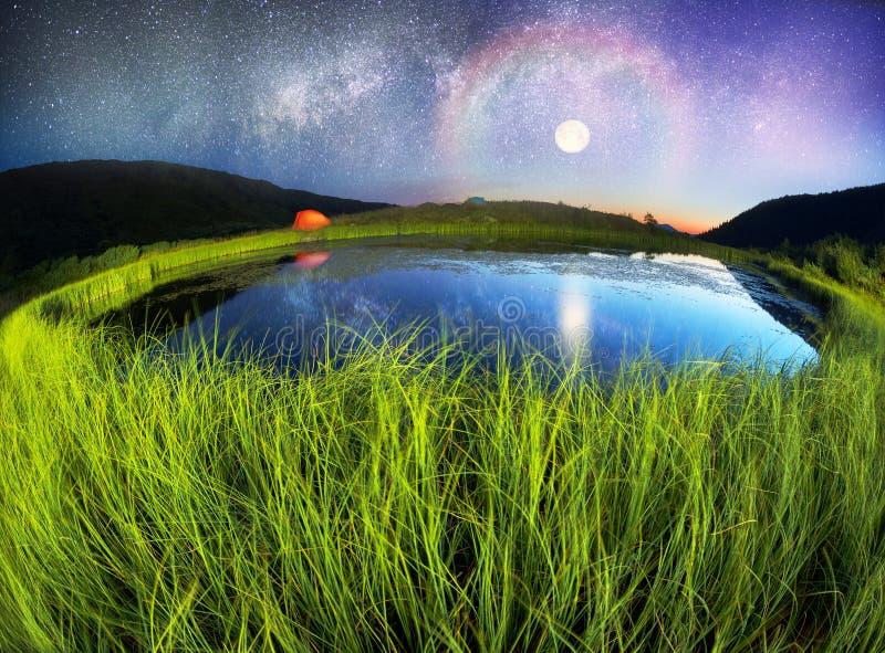 Lago mágico de la noche foto de archivo