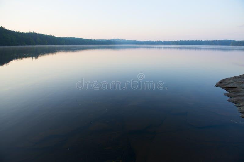 Lago tranquilo en la puesta del sol fotos de archivo libres de regalías