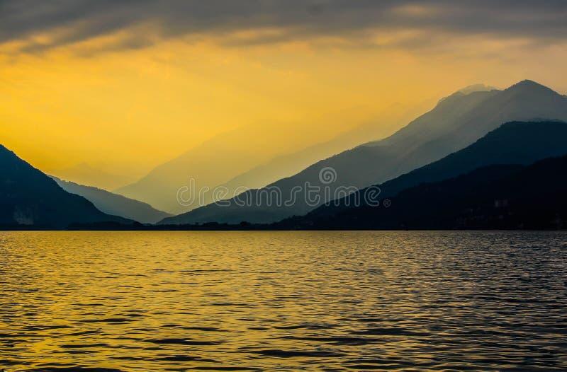 Lago Maggiore en la puesta del sol imágenes de archivo libres de regalías