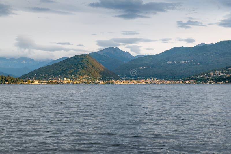 Lago Maggiore, Italy Costa de Piedmont com as cidades de intra e de Verbania no alvorecer, iluminadas pelo sol fotos de stock