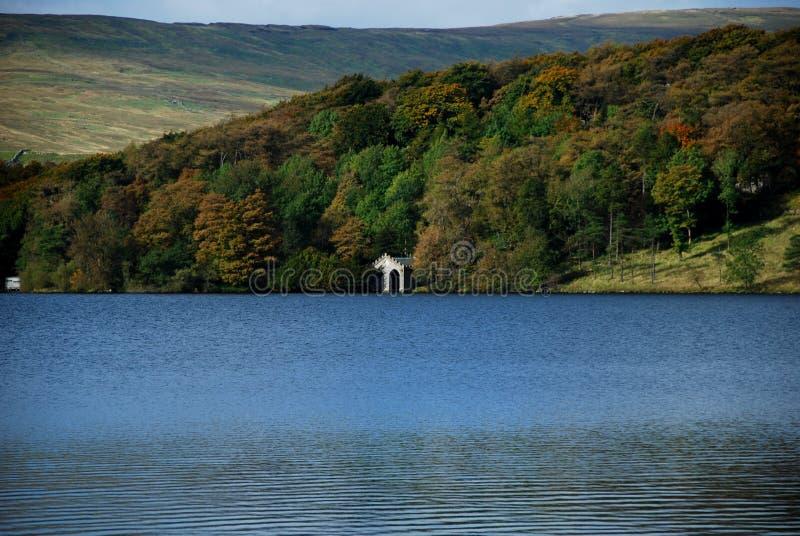 Lago Malham el Tarn, cerca de la ensenada de Malham fotografía de archivo libre de regalías