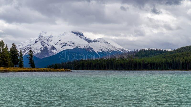 Lago Maligne in Jasper National Park con il supporto Charlton fotografie stock libere da diritti