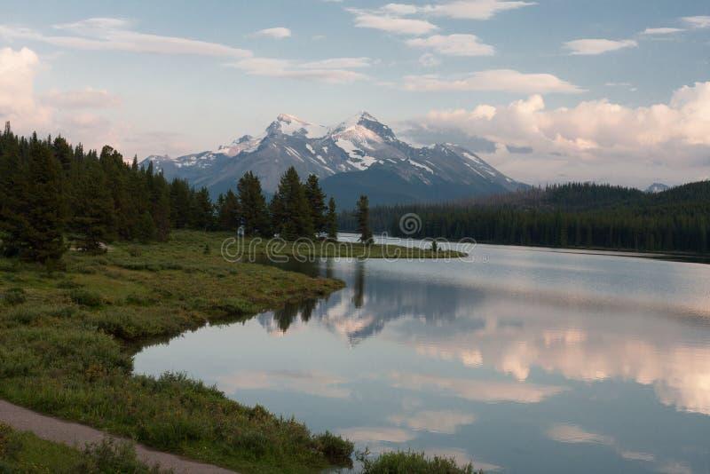 Lago Maligne nel parco nazionale del diaspro, Alberta, Canada - azione immagine stock libera da diritti