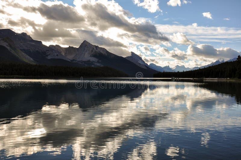 Lago Maligne, riflessione perfetta, Britannici Colombia, Canada fotografie stock libere da diritti