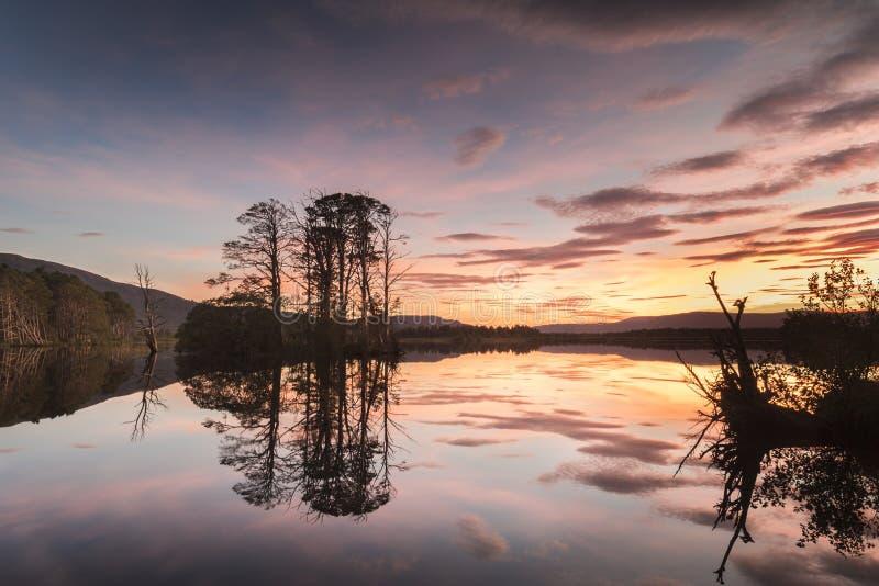 Lago Mallachie en el parque nacional de Cairngorms de Escocia imagenes de archivo